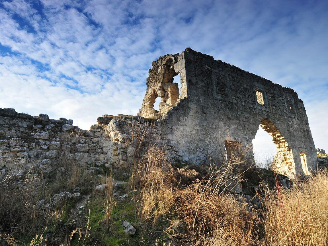 чеканки, развалины пещерного монастыря фото где найти