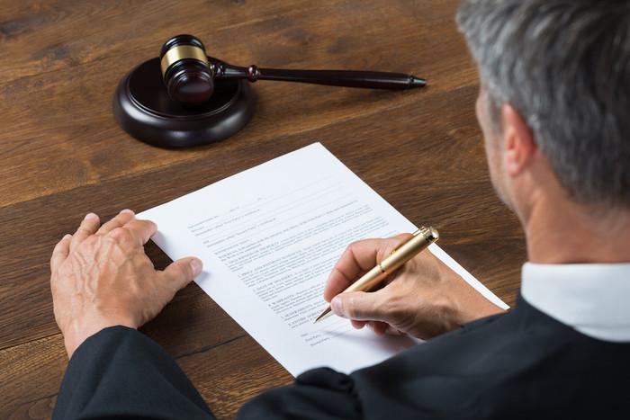Постановлении о лишении водительских прав выносит суд